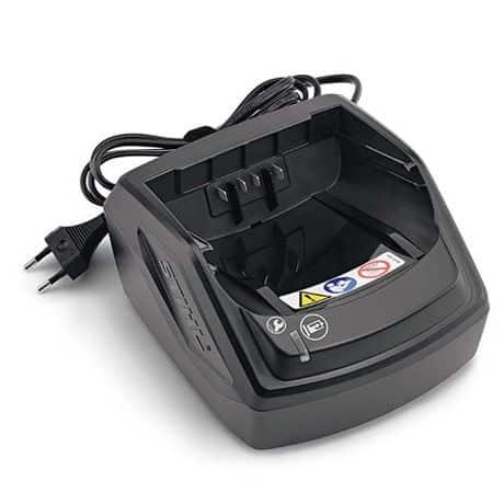 Cargador para gama COMPACT. Con indicador de carga (LED) y cable con velcro para poder fijar el cable enrollado. El cargador puede colgar en la pared.